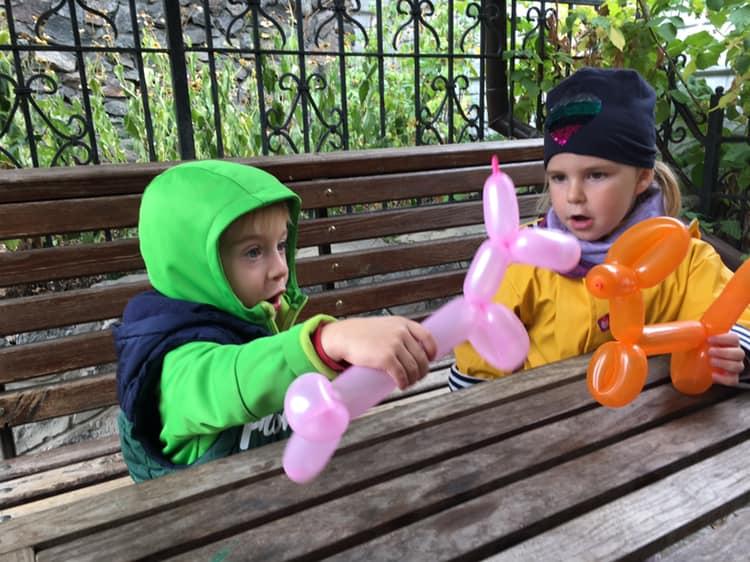 Дети играют животными из шаров