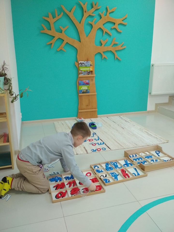 Ребенок выкладывает слова из подвижного алфавита