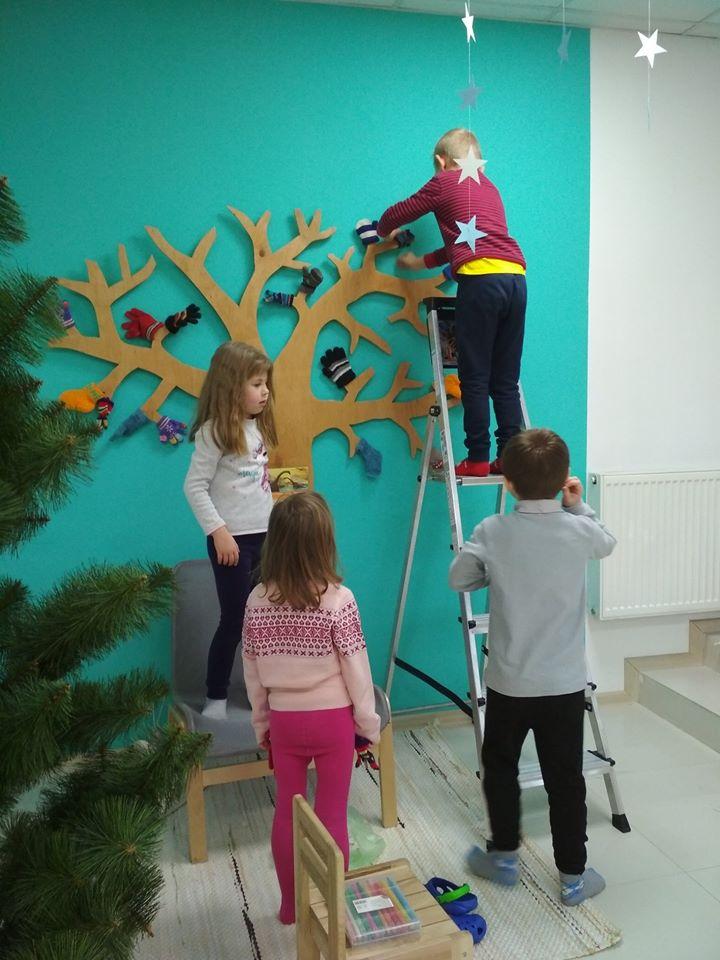 Дети украшают детский сад